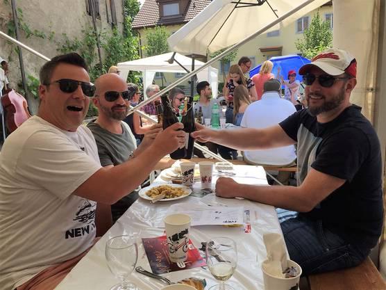 Prost, Toni! Diese drei Herren geniessen ein kaltes Bier am Schatten.