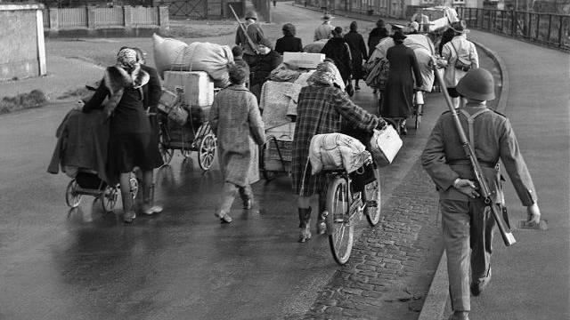 Flüchtlinge aus dem Elsass an der Schweizer Grenze in Basel, aufgenommen im November 1944. Foto: Keystone