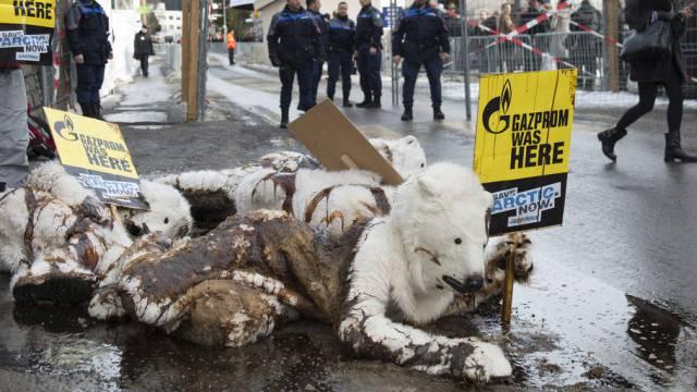 Greenpeace-Aktivisten als ölverschmierte Eisbären