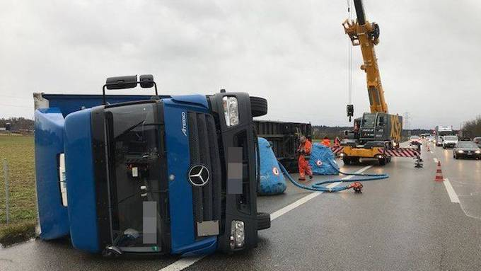 Ein umgekippter Lastwagen auf der A1 zwischen Niederbipp und Oensingen.