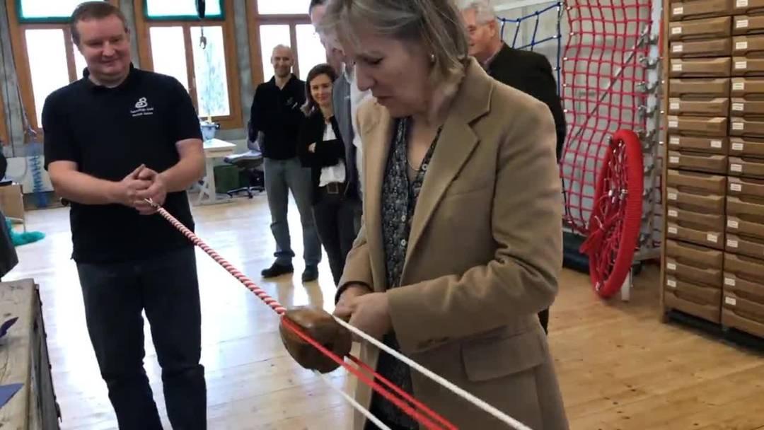 Regierungsrätin Brigit Wyss dreht in der Seilerei Berger ihr eigenes Seil