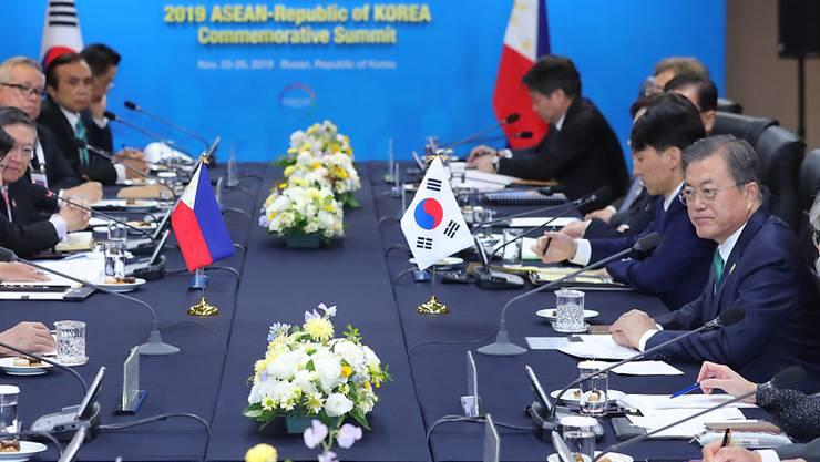 Südkoreas Präsident Moon Jae In (r) empfing Staats- und Regierungschefs aus den zehn Ländern der südostasiatischen Staatengemeinschaft Asean.