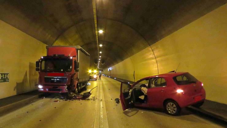 Ein Auto kollidiert heftig mit einem Lastwagen im Paradiesli-Tunnel in Aarburg.
