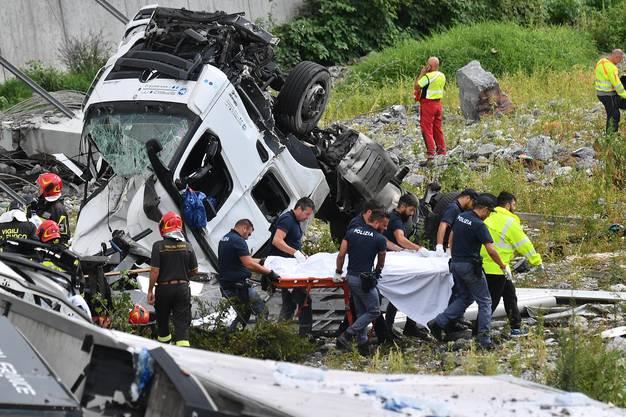 Etwa 35 Autos und drei Lastwagen stürzten etwa 45 Meter in die Tiefe und wurden teils unter Betontrümmern begraben.