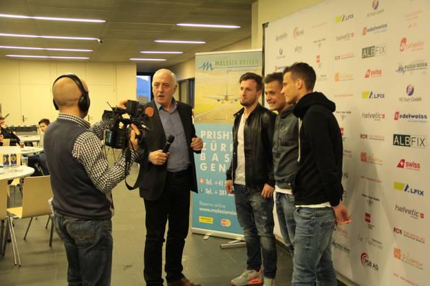 Das albanische Fernsehen ist sehr interessiert, was die Schweizer Super-League-Spieler zu sagen haben.
