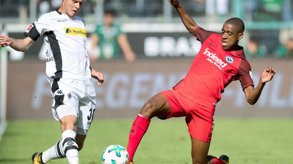 Frankfurts Gelson Fernandes (rechts), hier im Schweizer Duell mit Gladbachs Nico Elvedi, fällt mit einem Muskelfaserriss im linken Oberschenkel aus. (Archivbild)