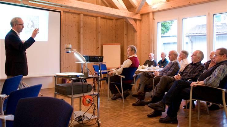 Kilian Schmid geniesst bei seinen Ausführungen zur Hypnose die volle Aufmerksamkeit der Senioren. Franziska Schädel