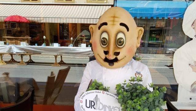 Papa Moll-Figur in Bäckerkleidung vor der Zurzacher Maier-Filiale.