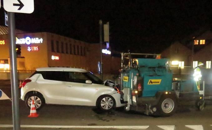 Ein 80-jähriger Autolenker prallt bei einer Baustelle gegen eine Maschine. Ein Arbeiter erlitt leichte Verletzungen. Der alkoholisierte Lenker muss seinen Führerausweis vorläufig abgeben.