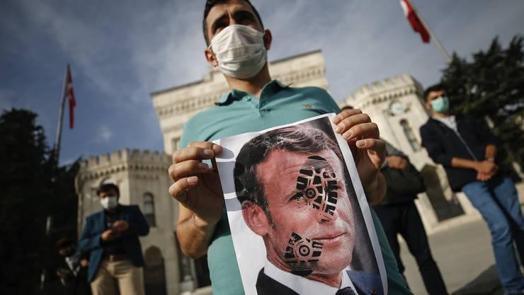 Protest gegen Emmanuel Macron: Wie hier in Istanbul demonstrieren Menschen gegen FRankreich und dessen Präsidenten wegen angeblicher Islamfeindlichkeit.