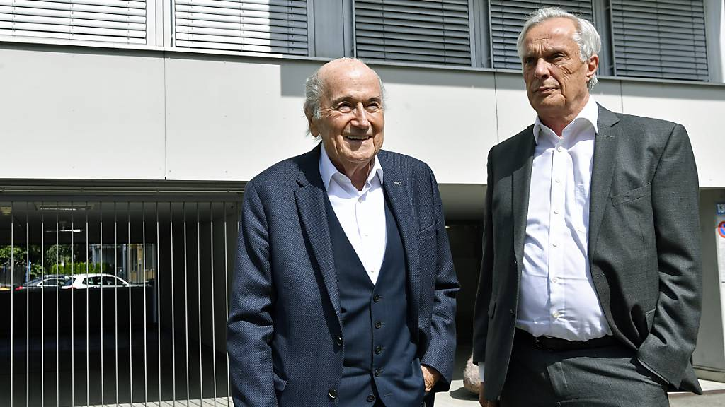 Der ehemalige Fifa-Präsident Sepp Blatter mit seinem Anwalt Lorenz Erni vor dem Büro der Bundesanwaltschaft in Zürich. (Archivbild)