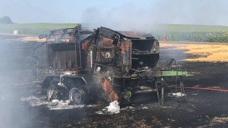 Eine defekte Ballenpresse hat am Mittwochnachmittag in Altikon ein Stoppelfeld in Brand gesetzt.