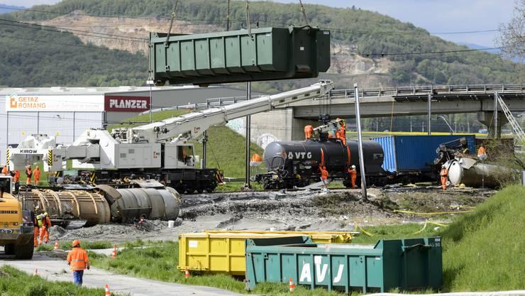 Räumungsarbeiten nach Tankwagen-Unfall in Daillens VD