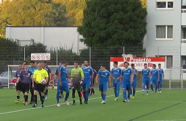 Einlauf der beiden Mannschaften  (FC Frenkendorf und FC Zeiningen) gemeinsam mit dem Schiedrichter