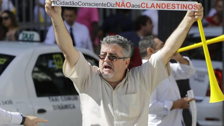 Ein brasilianischer Taxifahrer protestiert in São Paulo gegen Uber (Archiv)