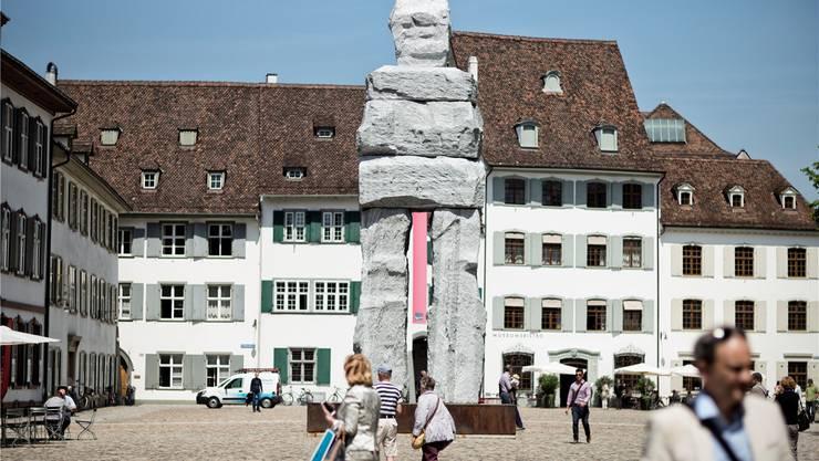 Ugo Rondinones grosse Skulptur «The Gracious» wacht über den Münsterplatz.Der Steinmann erhebt sich wie ein Mythos aus alter Zeit und ist doch stark präsente Gegenwart.