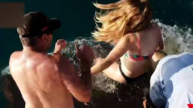Frau will Hai füttern - und wird ins Wasser gezogen