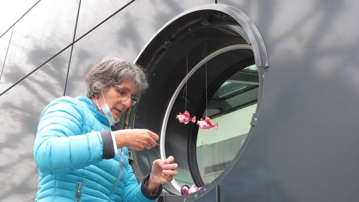Mit viel Sorgfalt kümmert sich Barbara Winter um die Dekorierung des Adventsfensters.