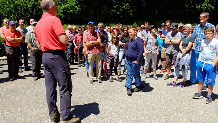 Förster Kilian Bader konnte zum Waldgang im Guldental 150 interessierte Personen begrüssen.