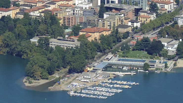 Ein sechsjähriges Mädchen ist beim Baden im Luganersee am Donnerstagabend unweit des Ufers bewusstlos geworden. Passanten zogen die in Lugano lebende Iranerin bei einem Strand bei der Mündung des Flusses Cassarate aus dem Wasser und reanimierten sie.