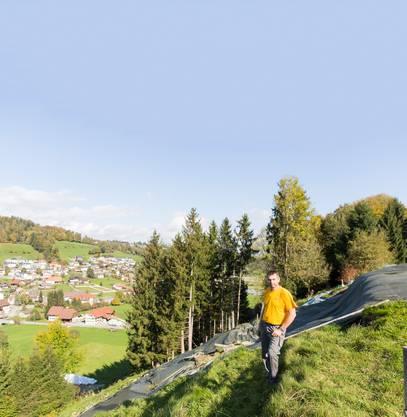 Drei Monate nach dem schweren Unwetter im Uerkental zeigt Bauer Thomas Huwiler die Stelle, wo der Hang oberhalb seines Hofes abrutschte.