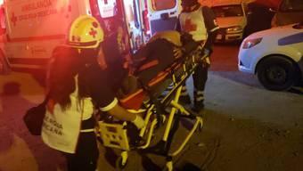 """Rettungskräfte transportieren einen Verletzten. In der mexikanischen Stadt Salamanca drangen schwer bewaffnete Männer in den Club """"La Playa"""" ein und schossen auf Gäste und Mitarbeiter. Dabei starben mindestens 15 Menschen."""