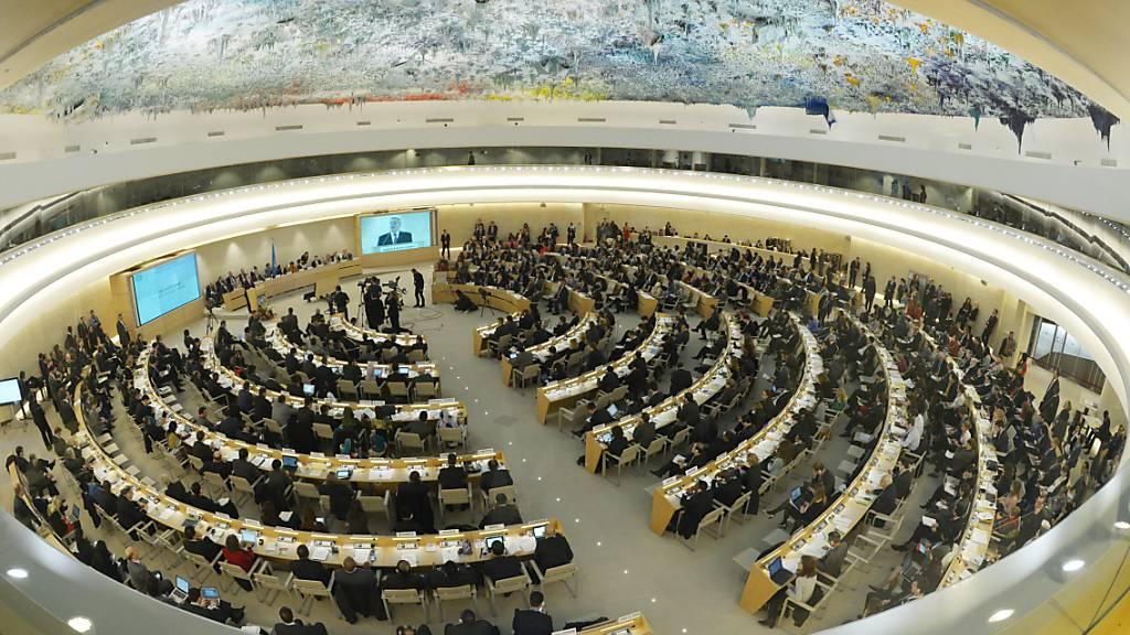 ARCHIV - Hier nehmen zukünftig auch wieder Vertreter der USA ihren Platz ein: Der Sitzungssaal des Menschenrechtsrates der Vereinten Nationen in Genf. Foto: Rainer Jensen/dpa