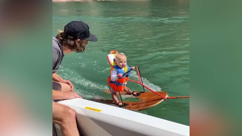 Wasserski und Windeln: Dieses Baby hat beides im Griff