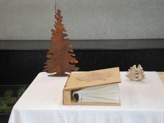 Die Forstwartlehrlinge haben im Foyer des BWZ in Brugg ihre Herbarien ausgestellt.
