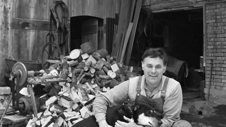 Auf dem Hof:  René Hochuli 1983 mit Dojan, dem Hund von Tochter Susanne.