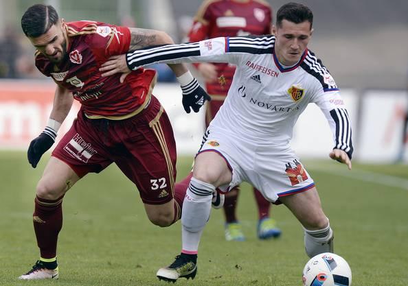 Albanische Nationalspieler in der Super League: Vaduz-Angreifer Armando Sadiku kämpft gegen Taulant Xhaka von Meister Basel. bild: keystone