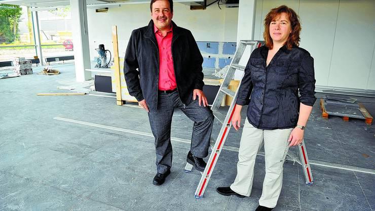 Keine Sommerferien: Markus und Monika Aeschlimann in den neuen Geschäftsräumen, die sie bis Mitte August einrichten wollen. (Urs Lindt)