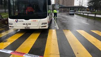 Unfall vor dem Kantonsspital Baden: Ein Fussgänger wird von einem Auto angefahren, gerät unter einen Bus und wird eingeklemmt.