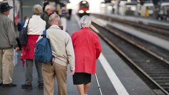 Dieser Anblick verärgert derzeit viele. Seniorinnen und Senioren gehören zu der Risikogruppe und sollten zu Hause bleiben. Viele nehmen diesen Aufruf nicht ernst. (Archivbild)
