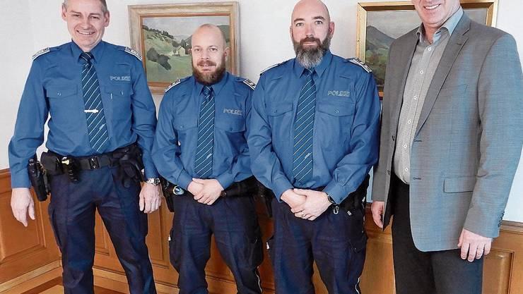 Polizeichef Werner Bertschi, die neuen Wachmänner Philipp Baumgartner und Patrick Schaffner und Gemeindeammann Daniel Suter (von links).