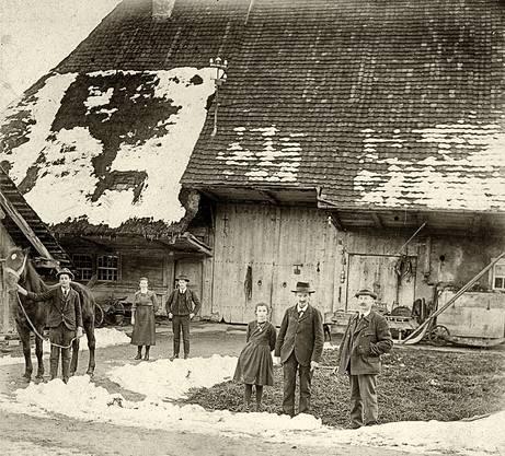"""""""Ortsgeschichte Attelwil"""": Der Wohnteil dieses Attelwiler Bauernhauses wies noch 1922 stellenweise eine Strohbedachung auf"""