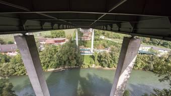 Idyllisch, aber nicht ganz ungefährlich: Der Arbeitsplatz des Brückeninspektors auf dem Wagen unter der Reussbrücke bei Birmenstorf, 50 Meter über dem Fluss.