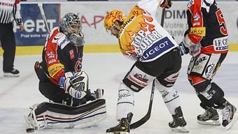 Byron Ritchie scheitert an Fribourg-Goalie Benjamin Conz,