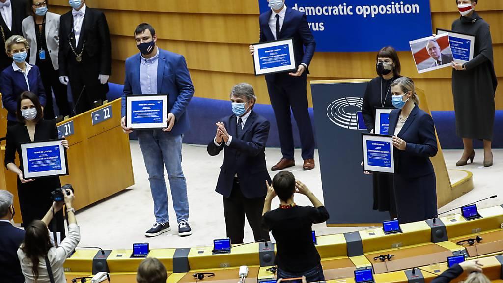 Für den Einsatz für die Menschenrechte in ihrem Heimatland: Belarussische Oppositionspolitiker bekommen während der Verleihung des Sacharow-Preises im Europäischen Parlament einen Applaus von EU-Politikern. Foto: Francisco Seco/AP/dpa