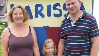 Patrizia (35) und Christoph Schott (38) mit Tochter Larissa (5). Die Familie gibt vorübergehend die Autoschlüssel ab.