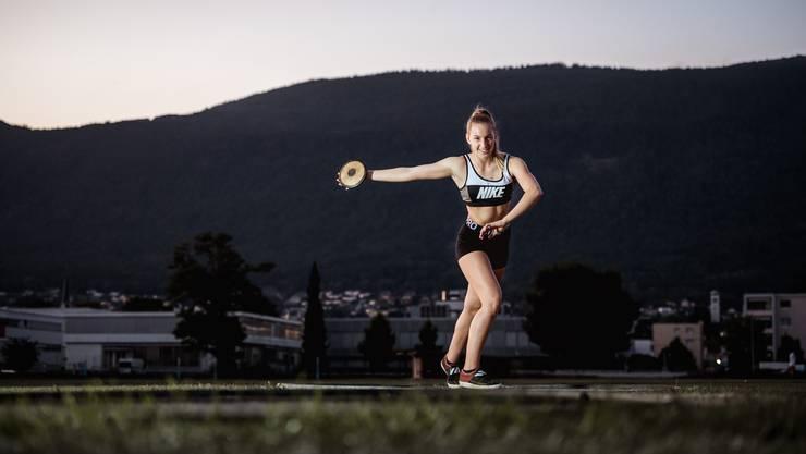 Lenja Heusser, Leichtathletin des TV Grenchen, beim Fototermin im alten Turnerstadion.