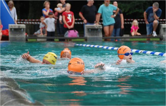 Ob mit Schwimmbrille oder nicht – bereits die Jüngsten kämpfen sich mit Ehrgeiz durchs Wasser