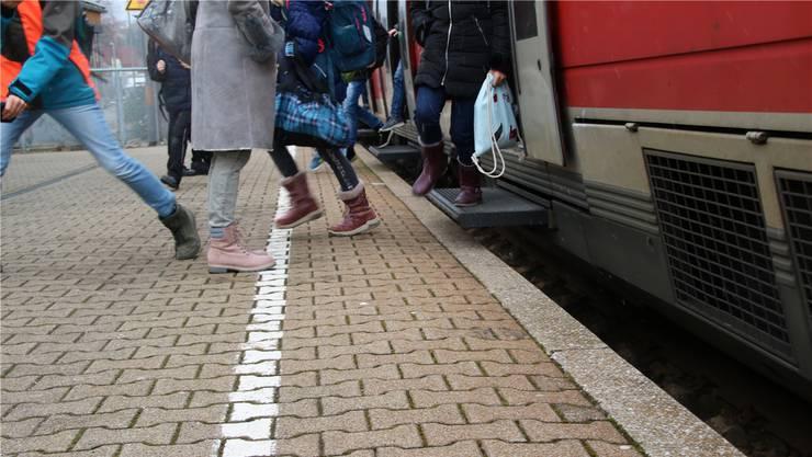 Frust und Wut der Pendler auf der Hochrhein-Strecke zeigen erste Wirkungen: Die Bahn verspricht beim zweiten Schienengipfel in Waldshut-Tiengen zusätzliche Züge und eine bessere Informationspolitik. Melanie Völk