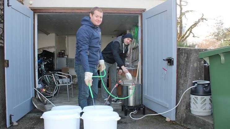 Nachdem es durch den Whirlpool floss, kühlen Philipp Jäggi (l.) und Reto Blaser ihr Zuchwiler Tucho-Brew mit einem Eintauchkühler ab.