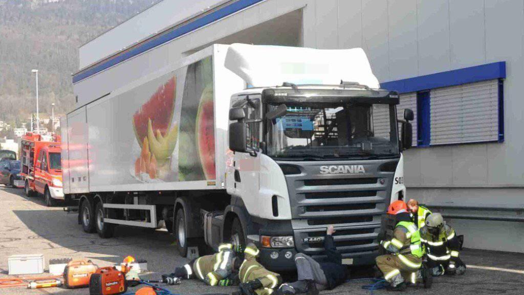Eine 94-jährige Frau wurde bei den Laderampen des Einkaufszentrums Gäupark in Egerkingen SO mittelschwer verletzt. Sie war unter einen Lastwagen geraten.