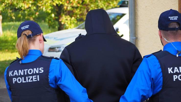 Die Kantonspolizei Aargau konnte einen tatverdächtigen 25-Jährigen festnehmen. (Symbolbild)