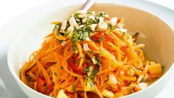 Exotischer Starter schnell gemacht: Florina Manz zeigt, wie man den scharfen Rüebli-Papaya-Salat zubereitet.