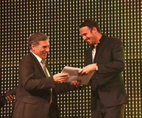 Regierungsrat Christoph Eymann überreicht Marco Streller stellvertretend für die erste Mannschaft des FC Basel den Preis als Team des Jahres.