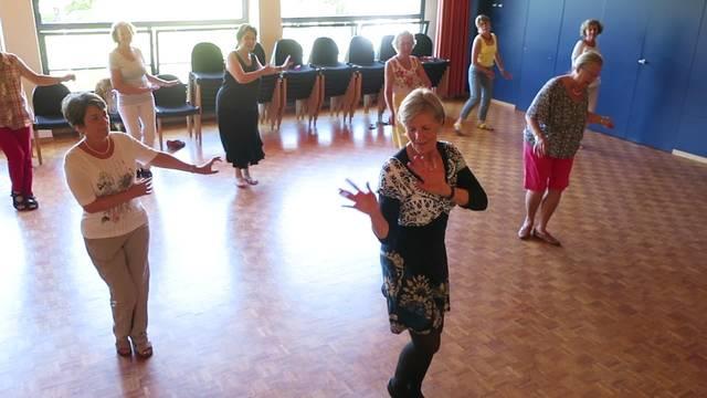 """Die Damen vom Everdance-Kurs tanzen Charleston zu """"heut liegt was in der Luft"""""""