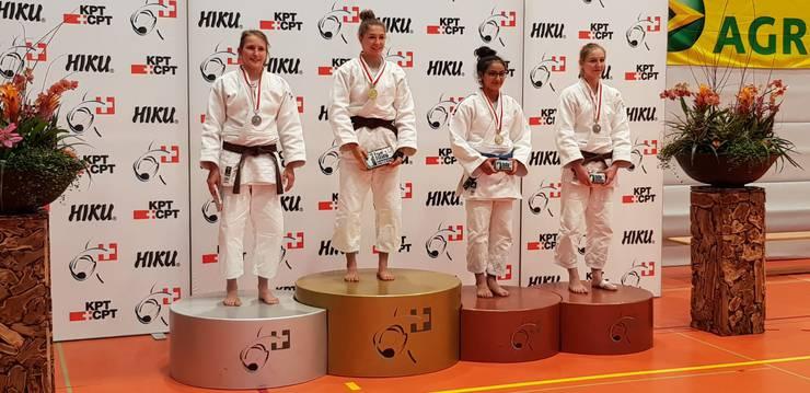 2. Rang Selina Kaufmann U21, -52kg (1. v.l.)